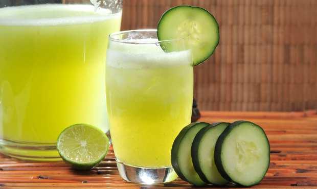 Agua con limon, pepino, jengibre y menta