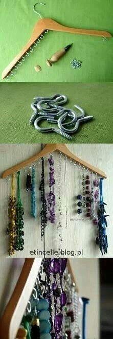 Colgador de collares con percha de madera