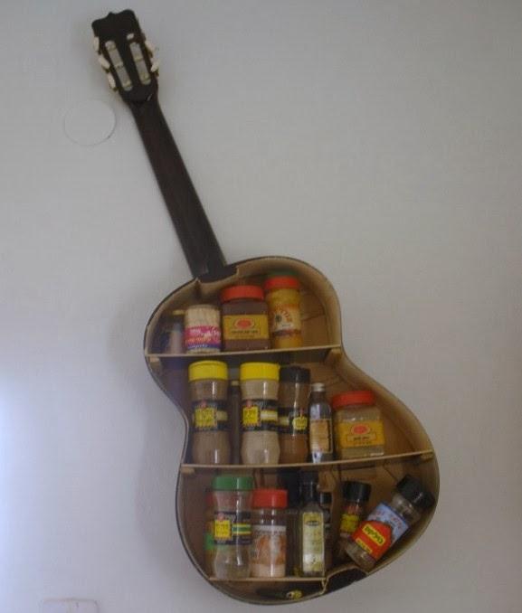 Guitarra vieja convertida en repisa para la cocina