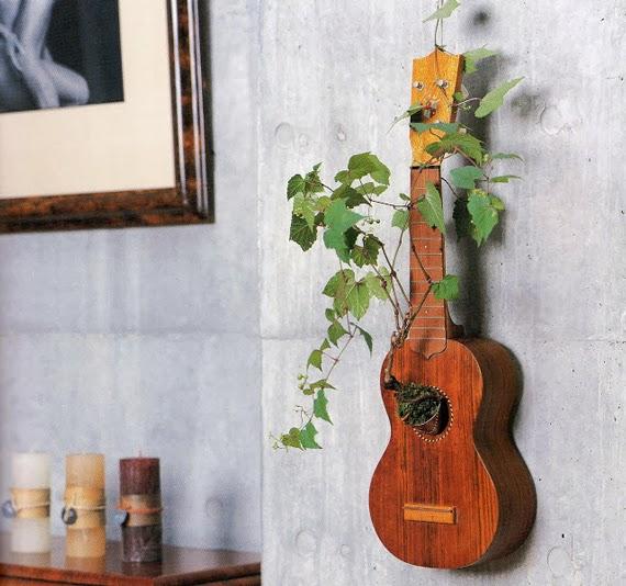 Guitarra vieja convertida en maceta